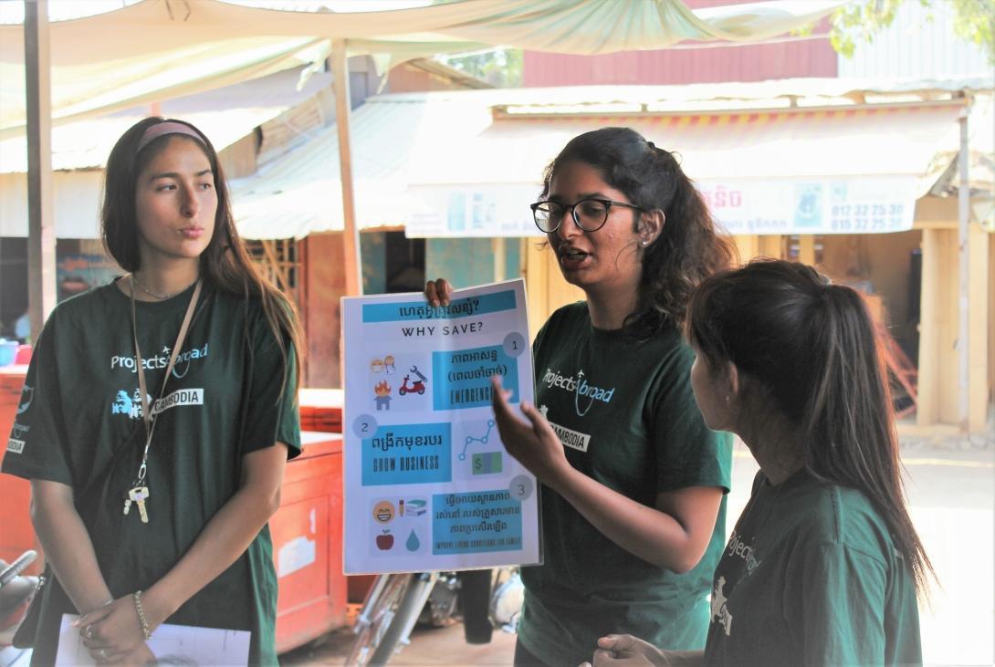 Un volontaire à l'étranger donne une présentation sur l'épargne aux bénéficiaires du projet microfinance au Cambodge